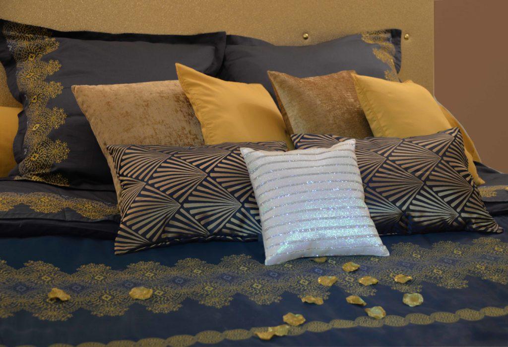 Lit de la chambre 2 en blue et or