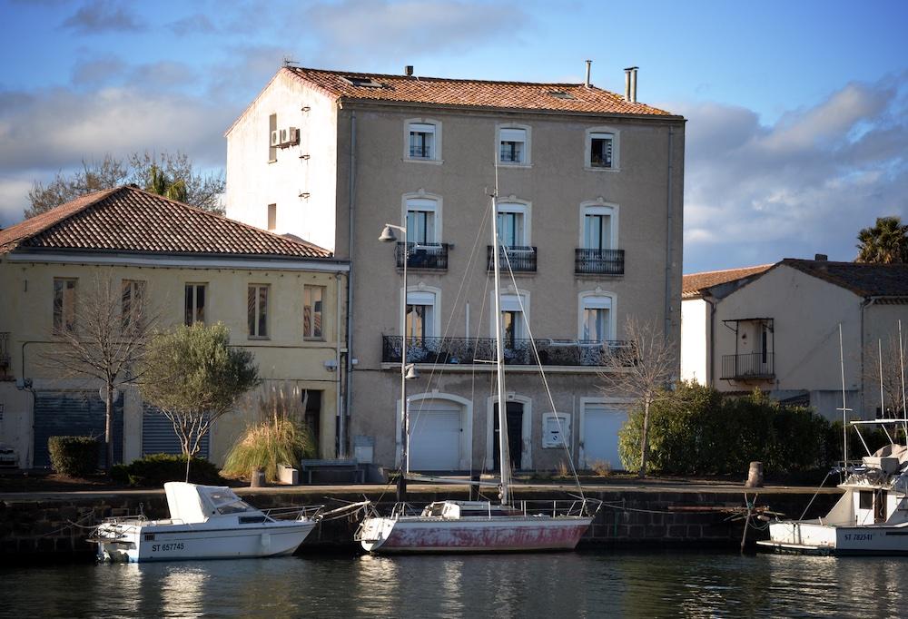 Bateaux et maisons au bord de l'Hérault