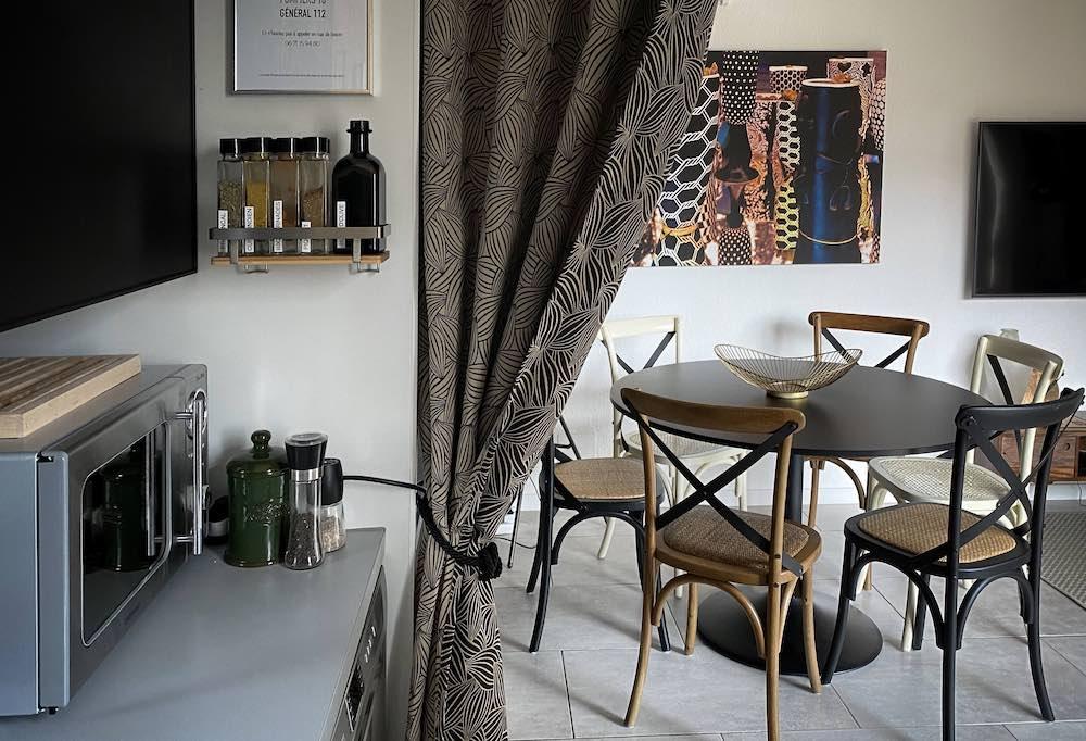 La Soulayla Kitchenette vue sur table repas 210121