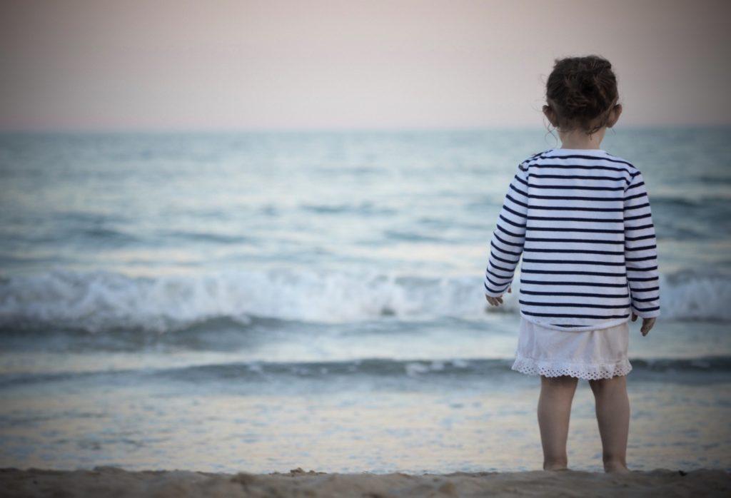 La Soulayla fillette face à la mer
